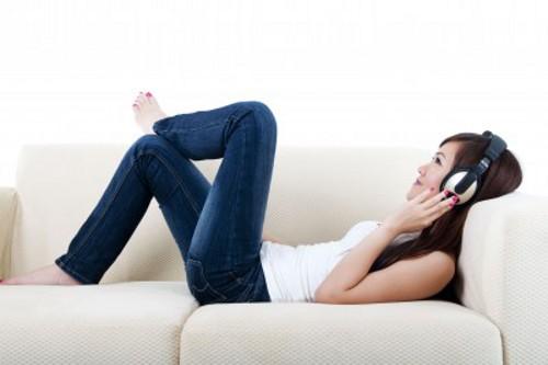 chica escuchando audio hipnosis